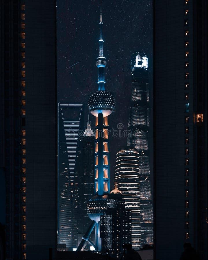 Härligt vertikalt skott av det orientaliska pärlaTVtornet i Shanghai, Kina arkivfoto