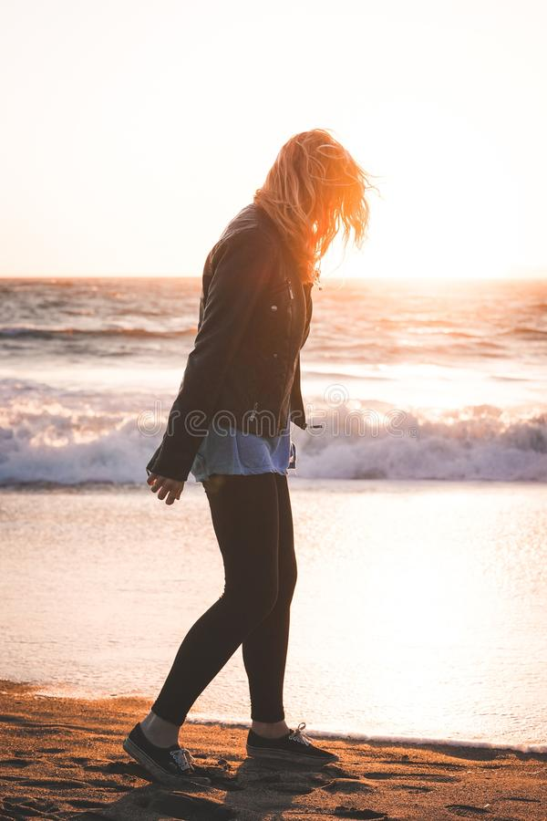 Härligt vertikalt skott av en kvinnlig som går på den bagareBeach kusten i SF fotografering för bildbyråer