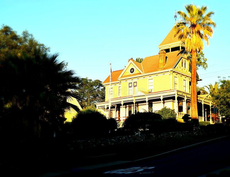 Härligt viktorianskt hus upp gatan arkivbild