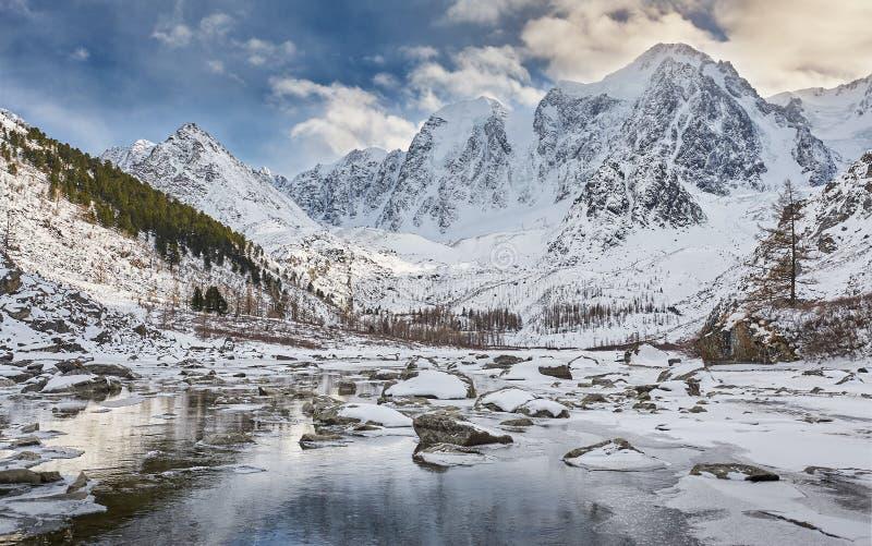 Härligt vinterlandskap, Altai berg Ryssland royaltyfria foton