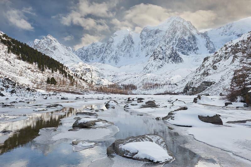 Härligt vinterlandskap, Altai berg Ryssland royaltyfri foto
