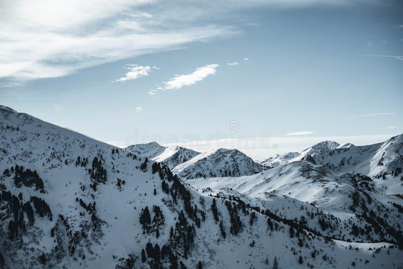 Härligt vinterlandskap i Österrike Nocky berg för område i fjällängarna royaltyfria bilder