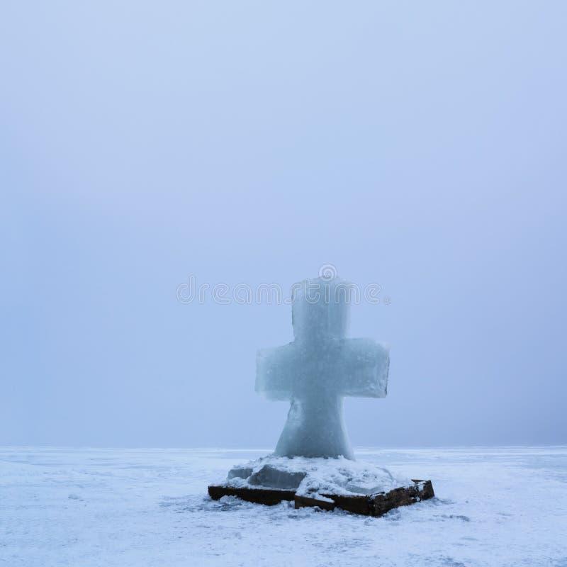 Härligt vinterlandskap med iskorset på den djupfrysta floden på dimmig morgon I royaltyfria foton