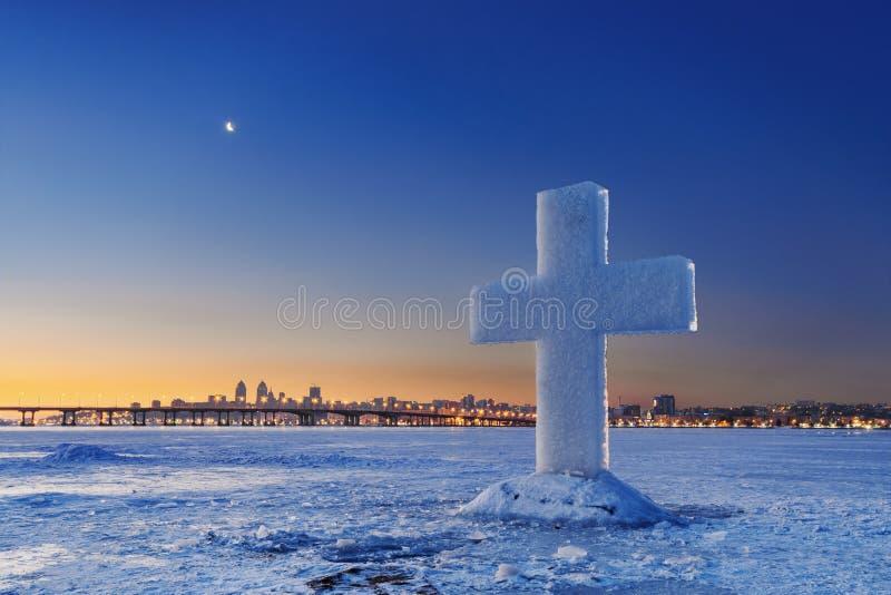 Härligt vinterlandskap med iskorset på den djupfrysta floden på skymning royaltyfri foto