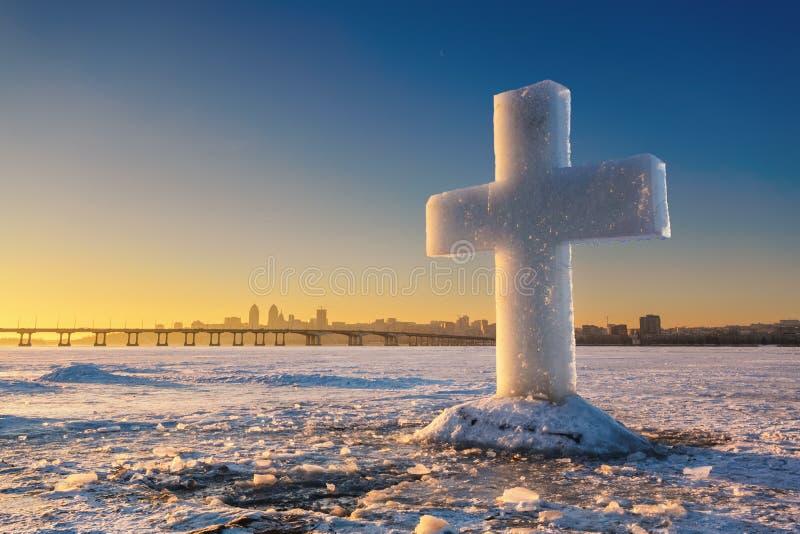 Härligt vinterlandskap med iskorset på djupfryst flod- och solnedgånghimmel arkivbild