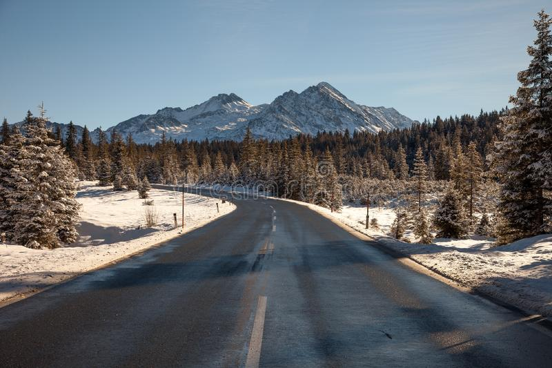 Härligt vinterlandskap på vägen till den Krimml vattenfallet, Österrike arkivbilder