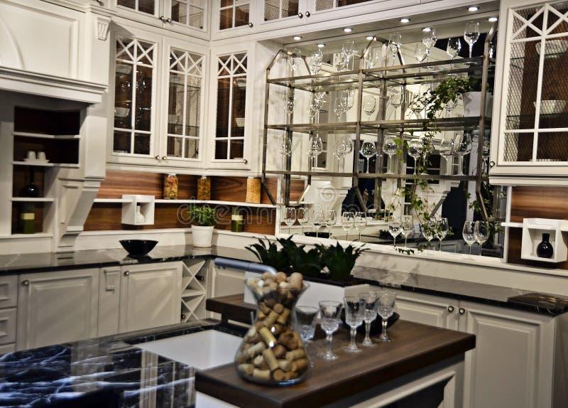 Härligt vitt kök i nytt lyxigt hem arkivbilder