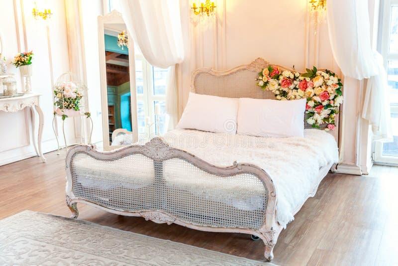 Härligt vitt ljust rent inre sovrum i lyxig barock stil royaltyfri illustrationer