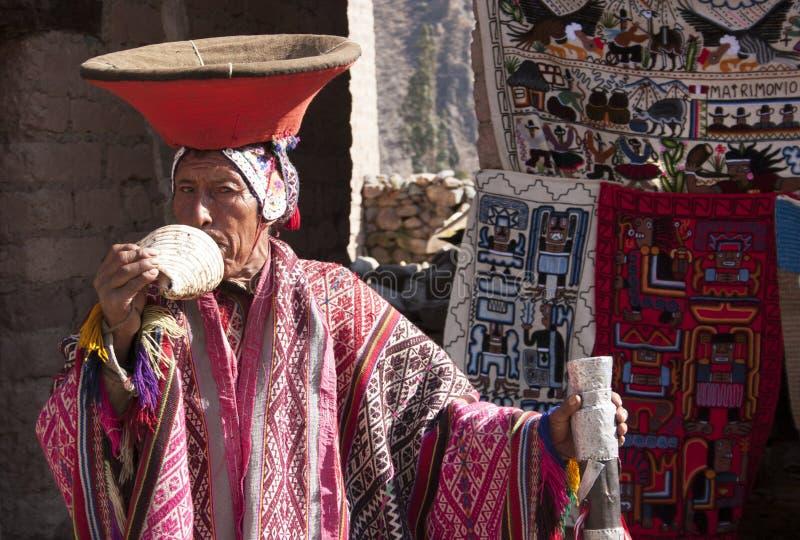 Härstammande musiker för Inca som spelar för Chinchero för snäckskal en horn- för Cusco Peru marknad stad för arv för värld UNESC royaltyfri fotografi