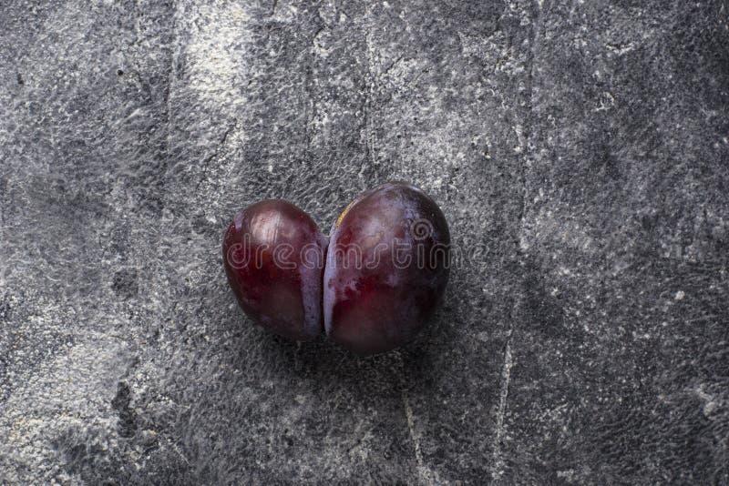 Hässliche Pflaumen Anormale organische Frucht stockfoto