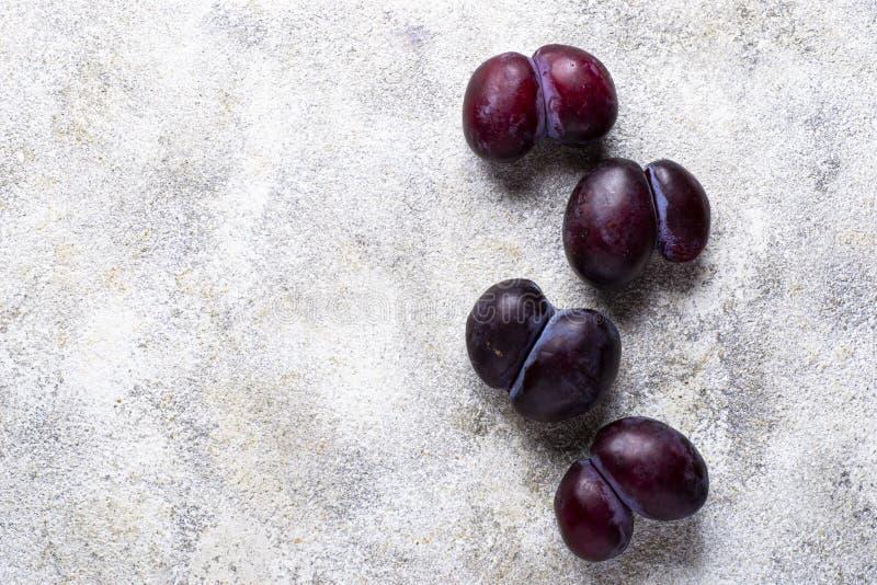 Hässliche Pflaumen Anormale organische Frucht stockbilder