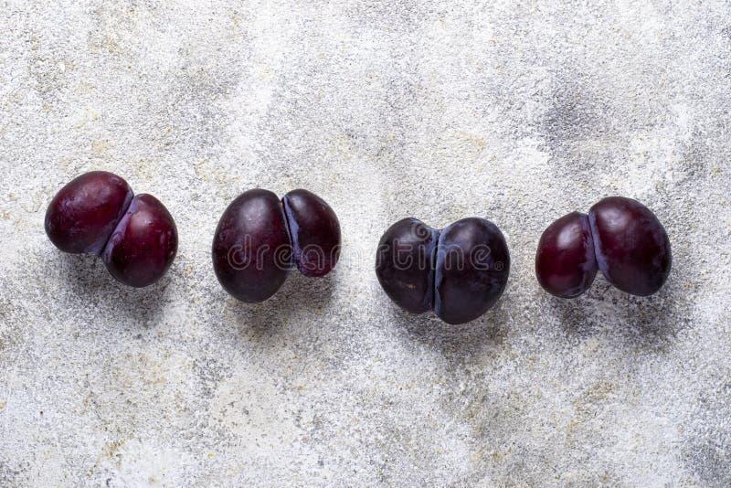 Hässliche Pflaumen Anormale organische Frucht lizenzfreie stockfotografie