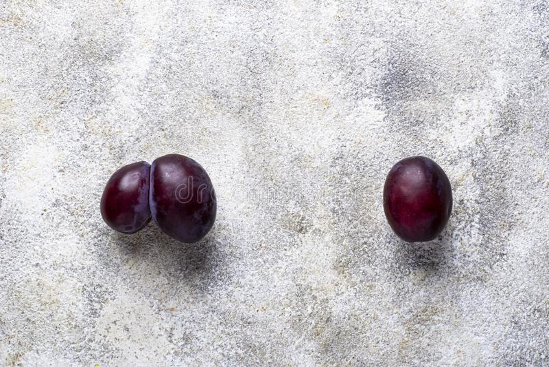 Hässliche und normale Pflaumen Anormale organische Frucht stockbild