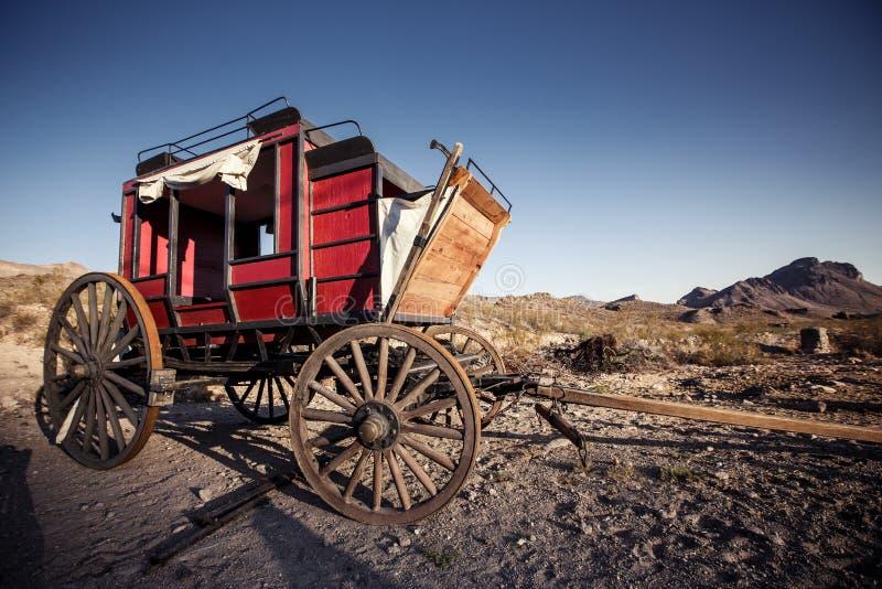 Häst dragen vagn i Mojaveöknen. arkivbild