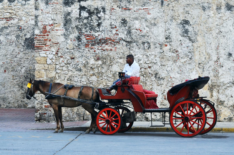 Häst drog touristic vagnar i Cartagena arkivfoton