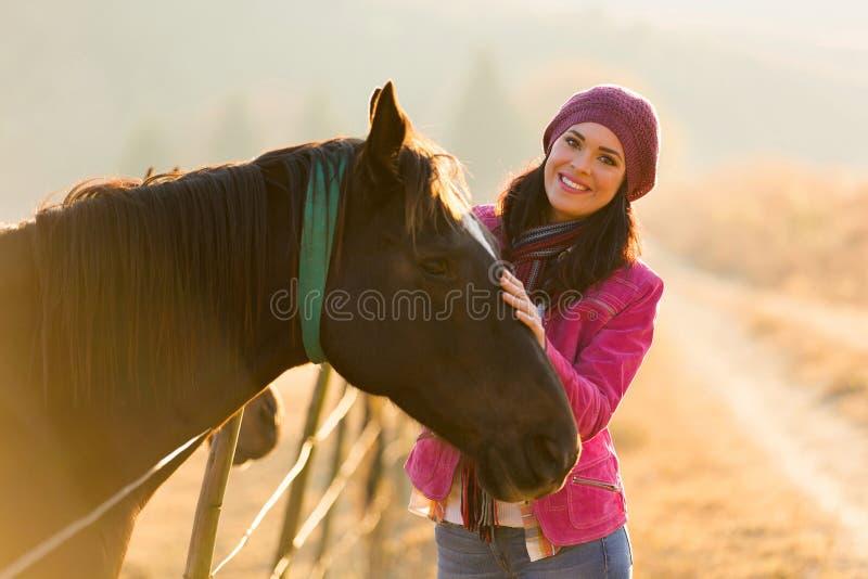 Häst för ung kvinna arkivfoton