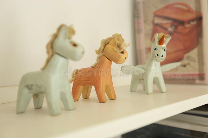 Häst och enhörning arkivbilder