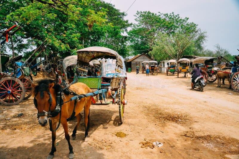 Häst och färgrik barnvagn i Bagan fotografering för bildbyråer
