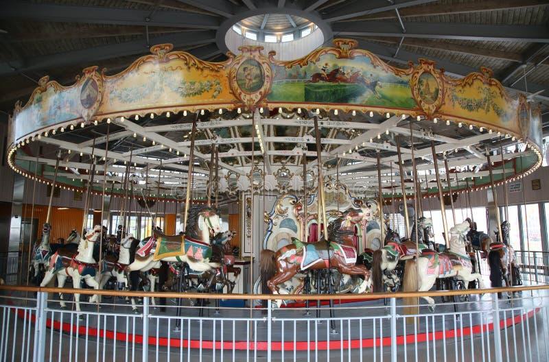 Hästar på en traditionell karusell för nöjesplats B&B på den historiska Coney Island strandpromenaden royaltyfria foton