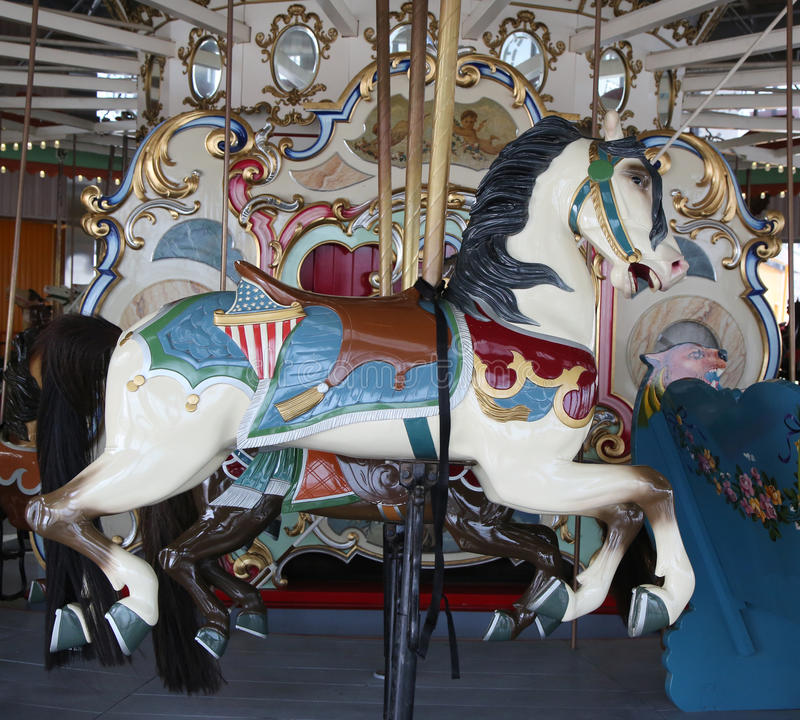 Hästar på en traditionell karusell för nöjesplats B&B på den historiska Coney Island strandpromenaden fotografering för bildbyråer