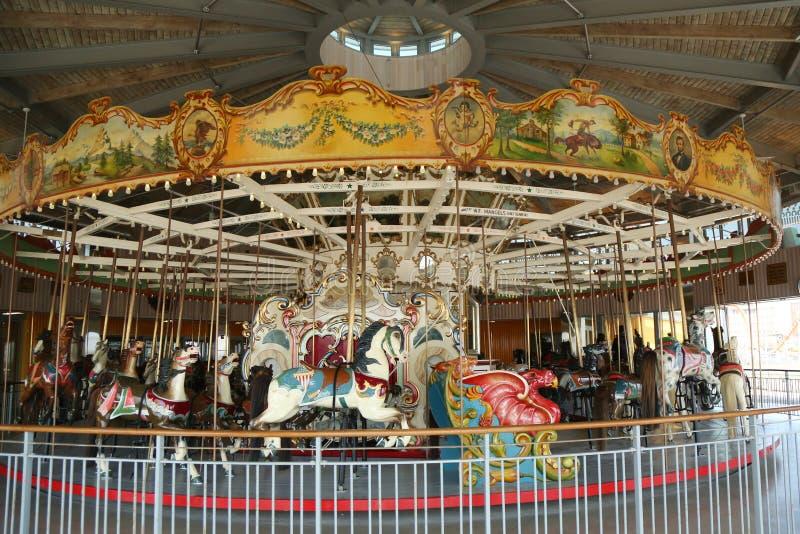 Hästar på en traditionell karusell för nöjesplats B&B på den historiska Coney Island strandpromenaden i Brooklyn royaltyfri bild