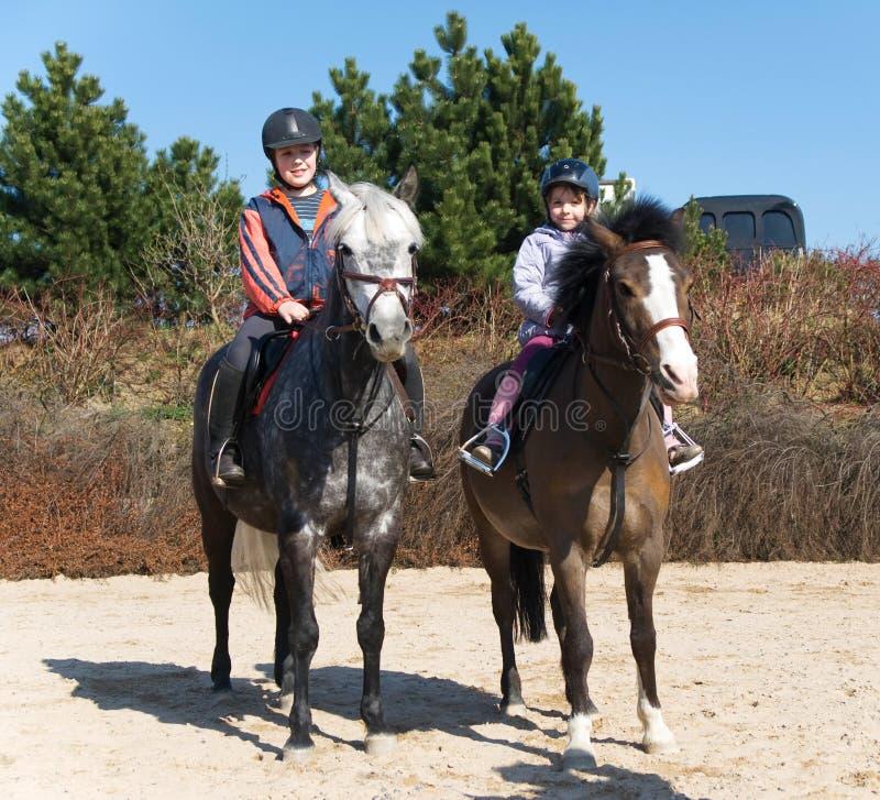 hästar som rider syskon arkivfoton
