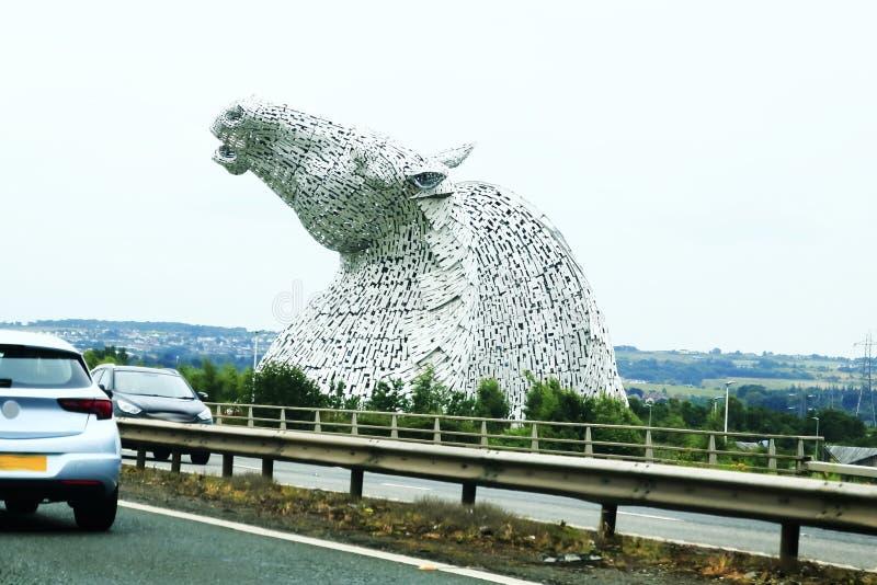 Hästhuvud som är synliga från ett avstånd, Kelpie nära Falkirk i Skottland, Förenade kungariket arkivbilder