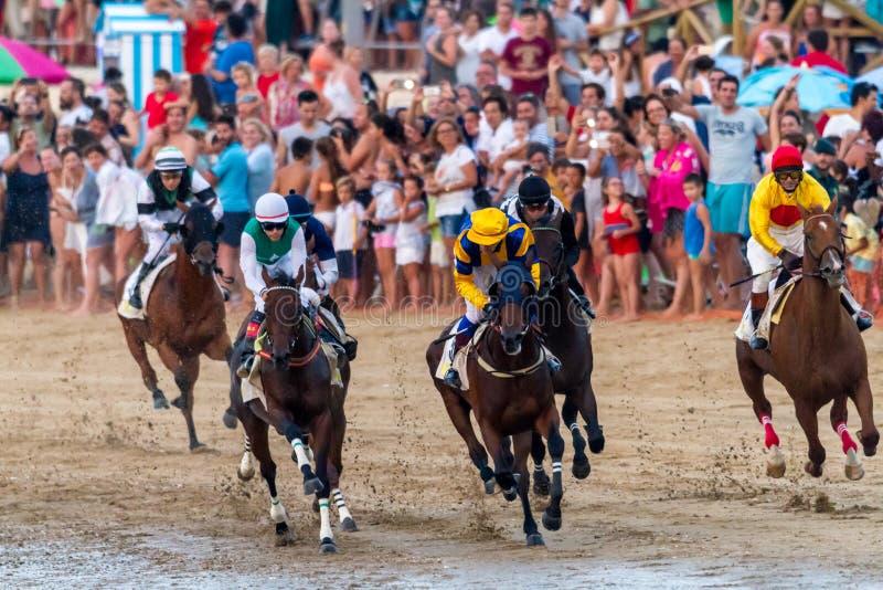 Hästkapplöpning på Sanlucar av Barrameda, Spanien, 2016 arkivbild
