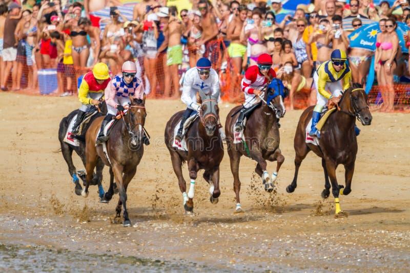 Hästkapplöpning på Sanlucar av Barrameda, Spanien, 2016 royaltyfria foton