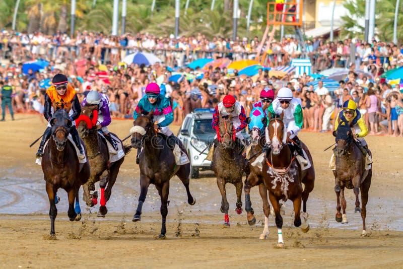 Hästkapplöpning på Sanlucar av Barrameda, Spanien, 2016 arkivbilder