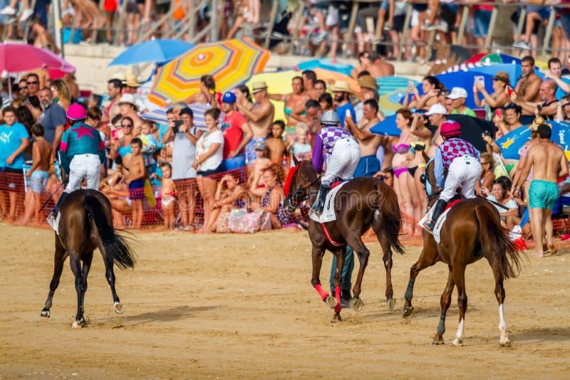 Hästkapplöpning på Sanlucar av Barrameda, Spanien, 2016 arkivfoto