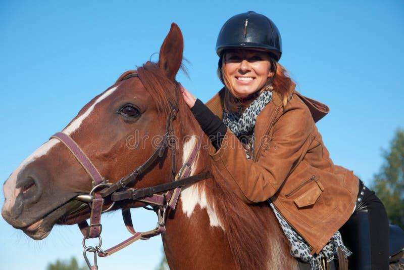 hästridningkvinna royaltyfria foton