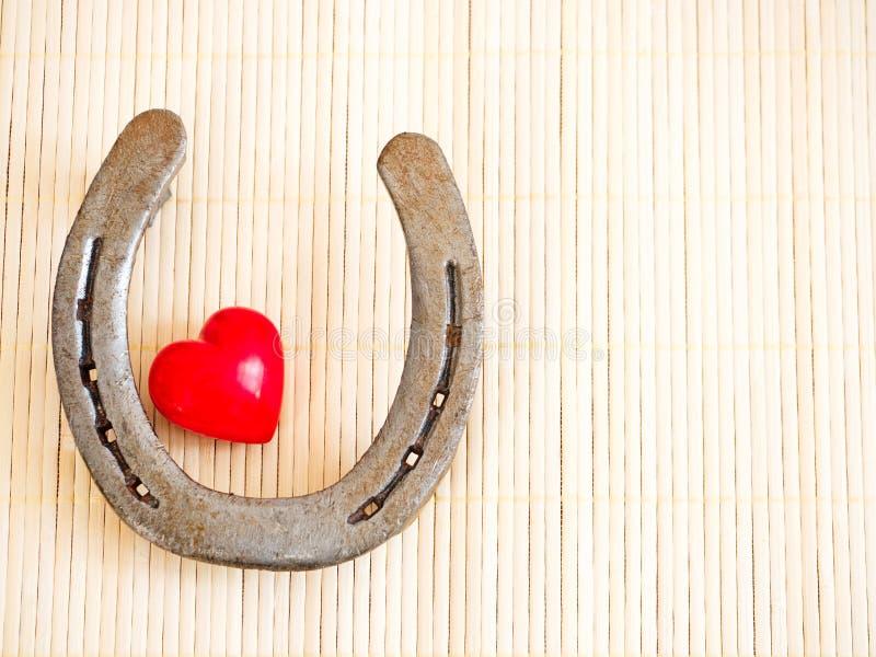 Hästsko och hjärta arkivfoto