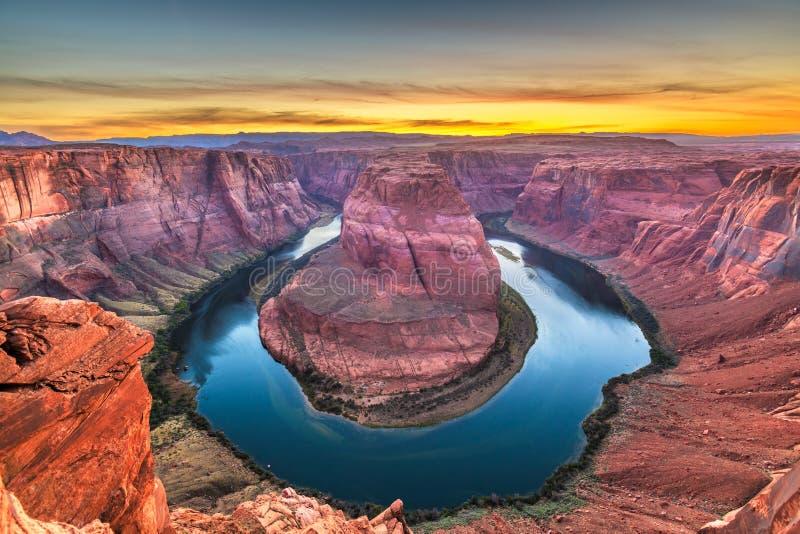 Hästskokrökning på Coloradofloden på solnedgången royaltyfri bild