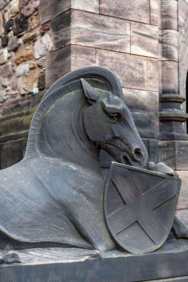 Hästskulptur på byggnadsingången av den skotska nationella krigminnesmärken inom Edinburgslotten, Skottland, UK royaltyfri bild