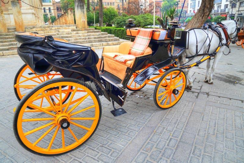 Hästvagn framme av den Seville Santa Maria domkyrkan fotografering för bildbyråer