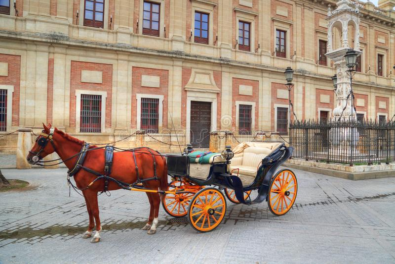 Hästvagn framme av den Seville Santa Maria domkyrkan arkivbild