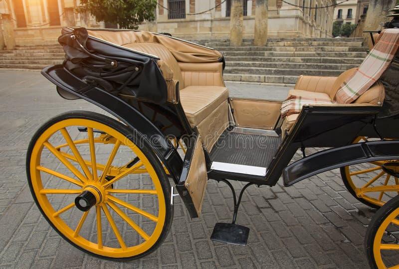 Hästvagn framme av den Seville Santa Maria domkyrkan arkivfoton