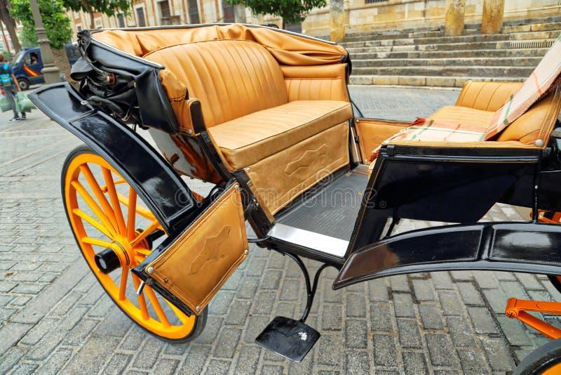 Hästvagn framme av den Seville Santa Maria domkyrkan royaltyfri bild