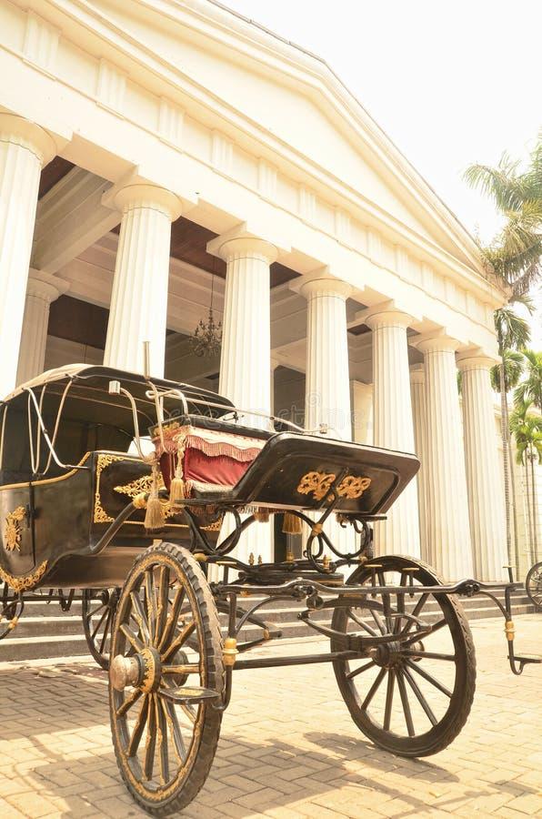 Hästvagn framme av konst & det keramiska museet Jakarta arkivbild