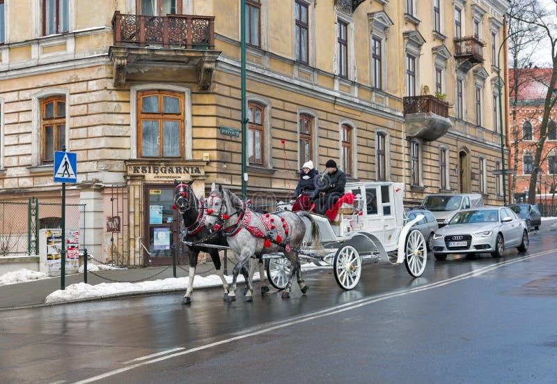 Hästvagn i Krakow den gamla staden, Polen arkivfoton