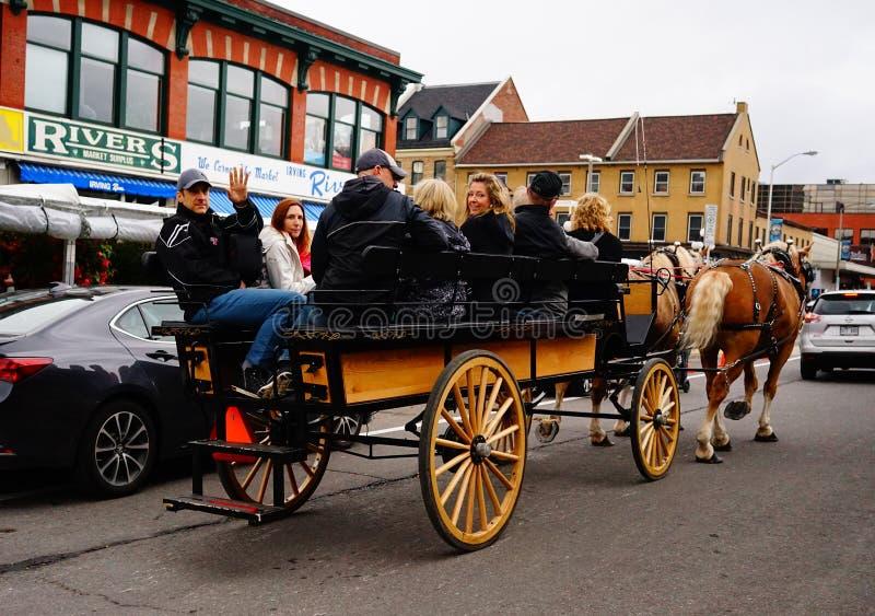 Hästvagn på den gamla staden arkivfoton