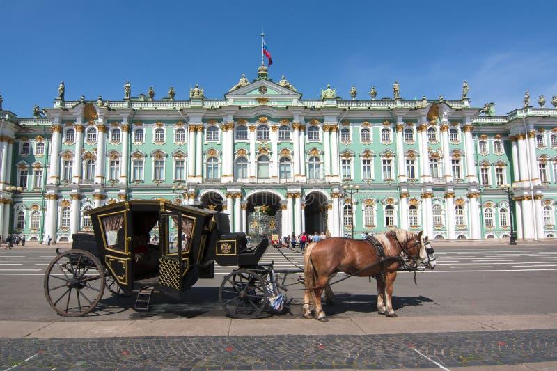 Hästvagn på slottfyrkanten och eremitboningmuseet, St Petersburg, Ryssland royaltyfri bild