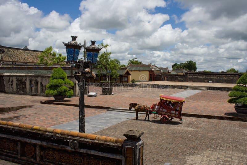 Hästvagn som en turist- dragning i den kungliga staden för ton, centrala Vietnam arkivfoton