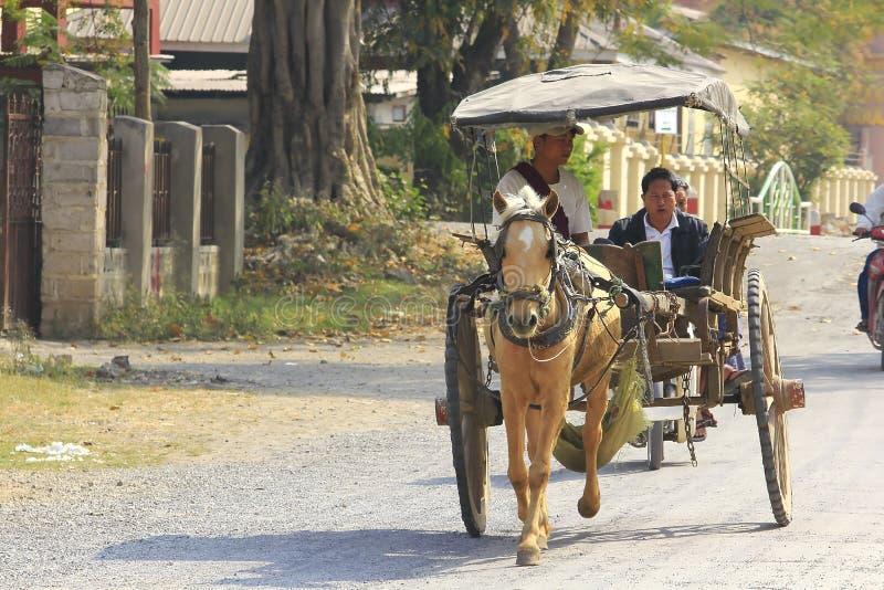 Hästvagnar i Myanmar är fortfarande i bruk arkivfoton