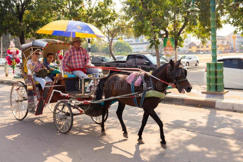 Hästvagnsritt på en solig dag i Lampang, Thailand fotografering för bildbyråer
