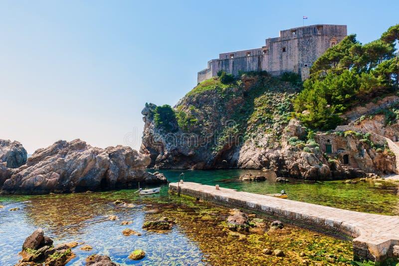 Häufen Sie Bucht nahe alter Stadt Dubrovniks mit Festung Lovrijenac an stockbild