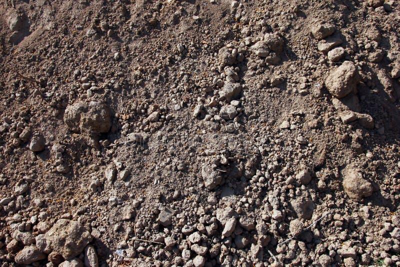 häufen Sie die ausgegrabene graue braune Boden- und Schmutznahaufnahme an lizenzfreies stockbild
