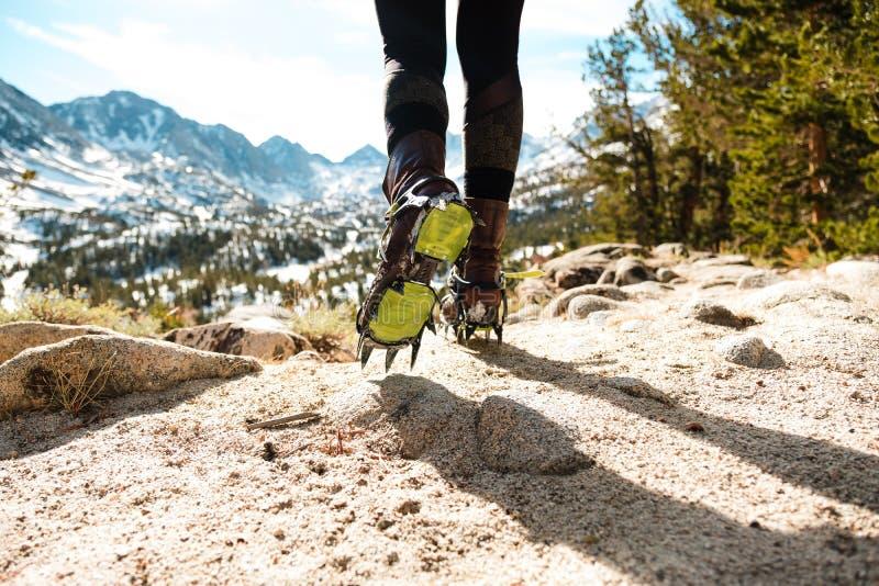 Häufig sind Steigeisen die beste Weise, im Winter zu wandern stockbild