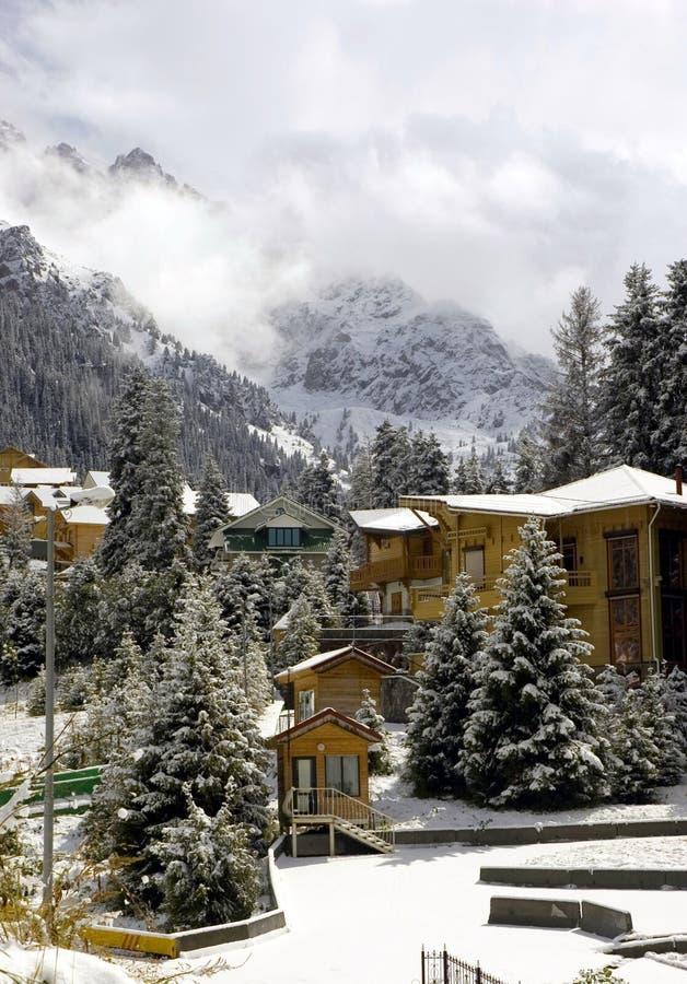Häuschen in den Winterbergen stockfoto